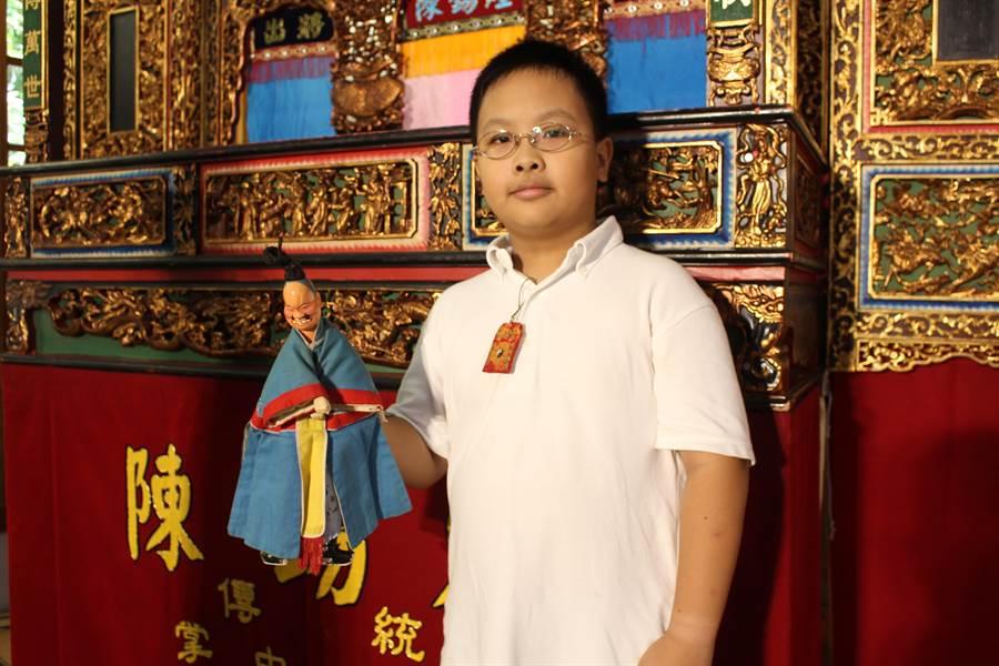 今年11歲的洪為亨熱愛布袋戲,以純淨的童音吟誦台詞,卻絲毫有著不輸大人的氣勢。(王寶兒攝)