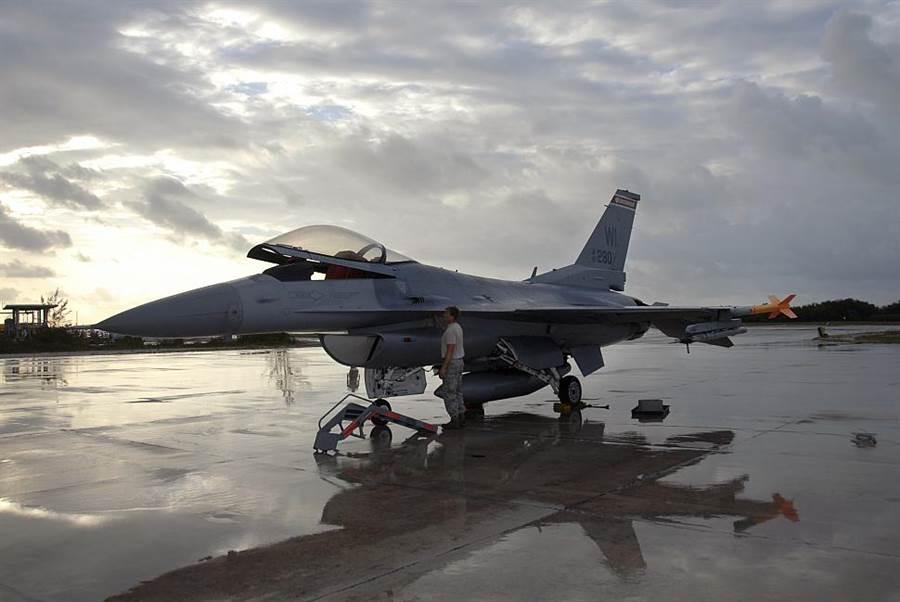 大雨之後準備出擊的F-16。美國空軍研究團隊發明座艙防沾鍍膜,就不會因雨滴而影響視線了。(圖/美國空軍)