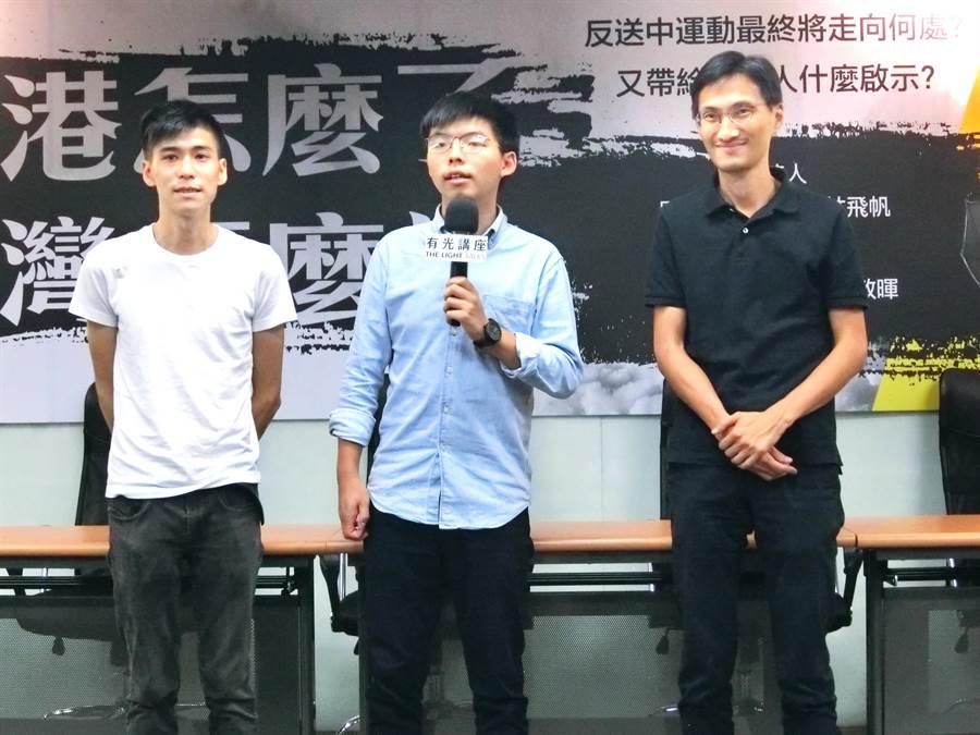 香港眾志祕書長黃之鋒(中)3日受訪表示,10月1日香港將舉行反送中大遊行,希望在這之前的9月28日或是9月29日,與全台灣的社會總動員,支持香港的民主。(盧金足攝)
