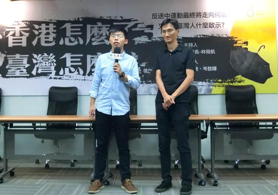 香港眾志祕書長黃之鋒(左)3日晚間在台中市出席「香港怎麼了,台灣怎麼辦」座談,未來也將到訪德國與美國,盼獲得國際社會支持。(盧金足攝)