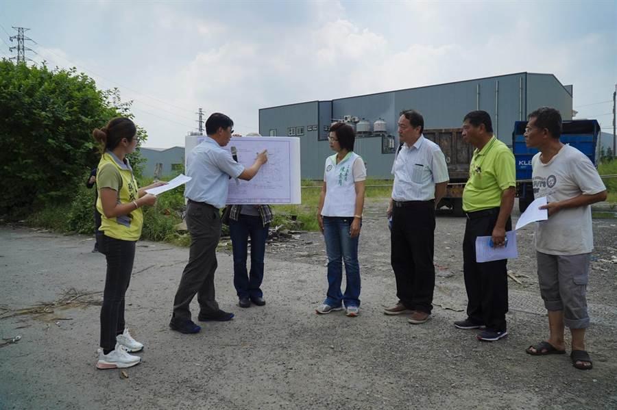內政部營建署官員簡報說明工程標案進度。(謝瓊雲攝)