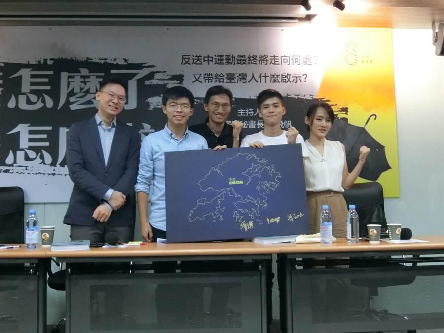 香港民運人士黃之鋒等人在香港地圖看板簽名。(盧金足攝)