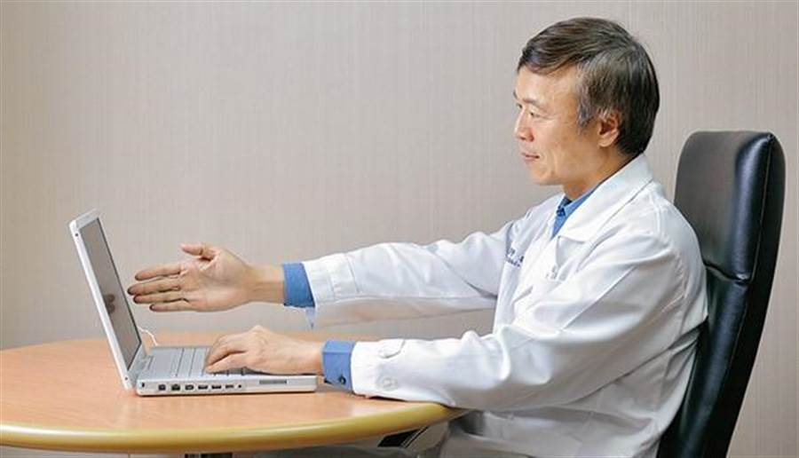 眼科醫師建議,用電腦時最好距離一個手臂長,約70公分。(圖/陳德信攝)