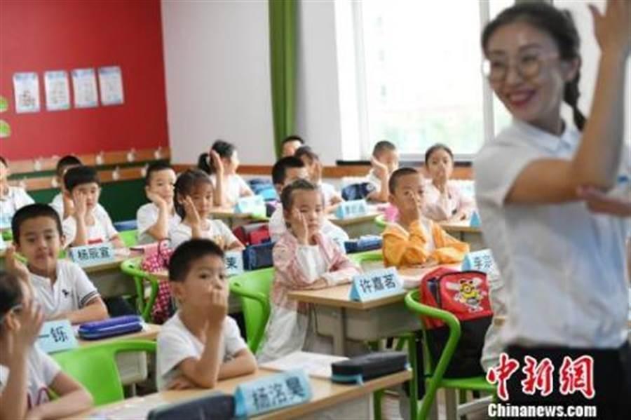 大陸教育部表示,教師薪資已提升至全國19大行業第7位。(取自中新網)