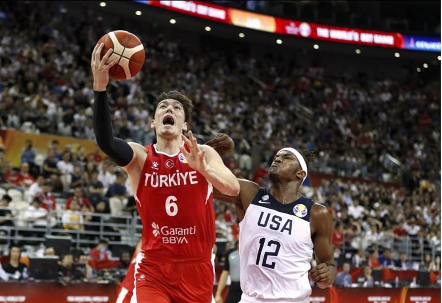 美國男籃在世界盃分組預賽第二戰迎戰土耳其,沒想到卻碰到苦戰,直到延長賽才靠著米德頓的兩罰,才得以後來居上1分氣走敵軍,2連勝驚險晉級16強。(路透社)