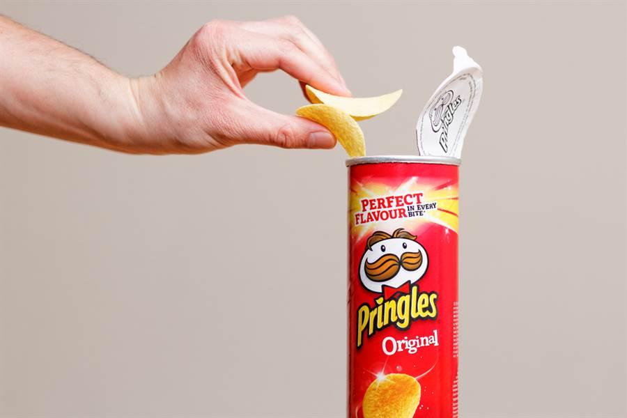 英國一名男大生過去10年來只吃薯條、洋芋片、香腸,偶爾換吃火腿三明治,視力逐漸衰退,2年前確診失明。(示意圖/shutterstock)
