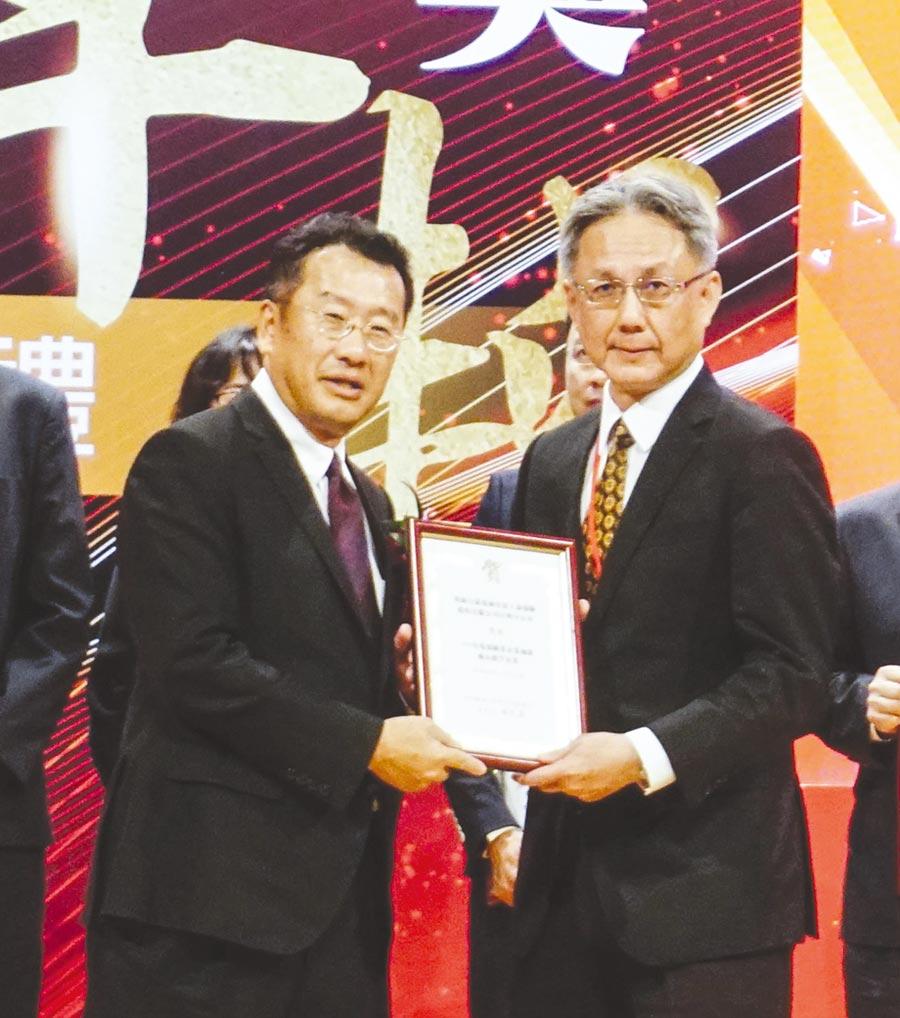 金管會主委顧立雄(左)頒發「保險業加薪優良標竿企業」給安達人壽首席營運總監林意展先生(右)。圖/安達人壽提供