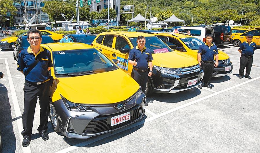 交通部長林佳龍宣布加速計程車汰舊換新補助,申請的車齡從10年降為7年。圖為政府補助換購的新車展示。(王英豪攝)