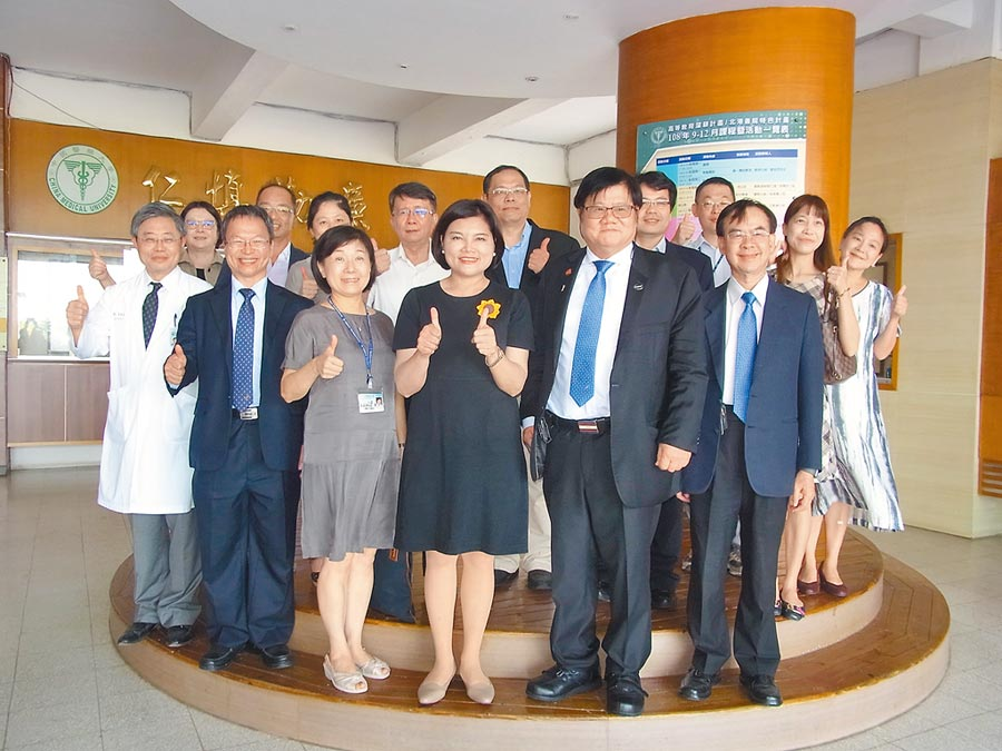 雲林縣長張麗善(前左四)參加中國醫藥大學北港分部新生始業式。(張朝欣攝)