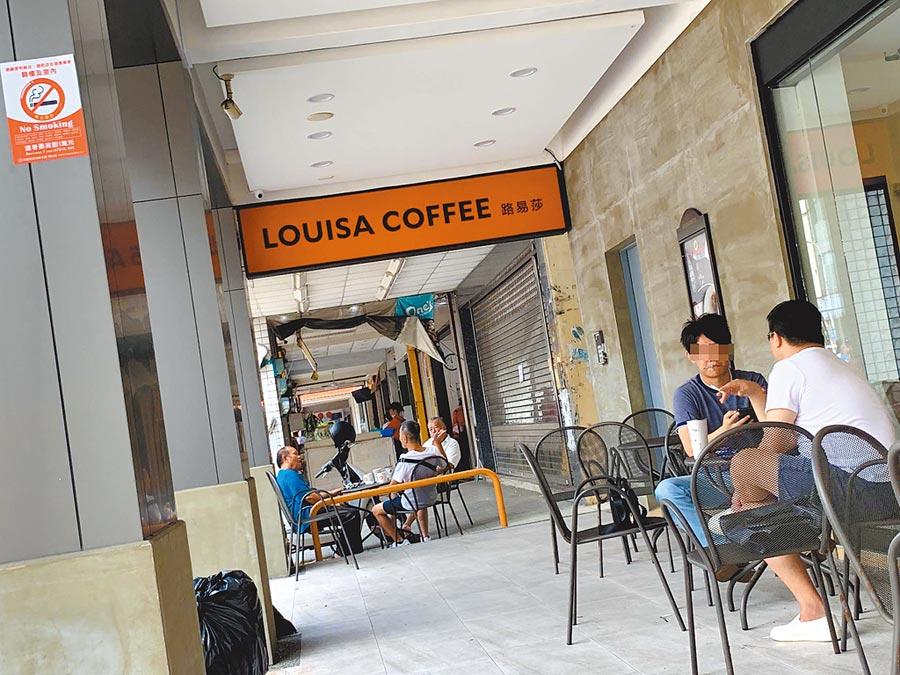 高市府9月新制連鎖超商、咖啡店、速食店騎樓禁菸,宣導期為3個月,12月起正式開罰。(柯宗緯攝)