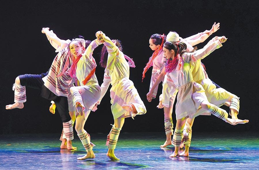 8月10日晚,「閩台民間舞蹈創作人才培養」表演在福州舉行。圖為兩岸學員們表演台灣少數民族舞蹈《Truku 守護犬》。(中新社)