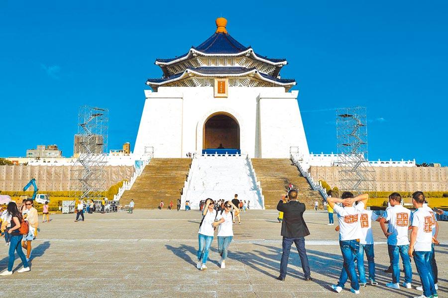 熱門景點中正紀念堂,因來台陸客團暴跌變得冷清。(本報系資料照片)