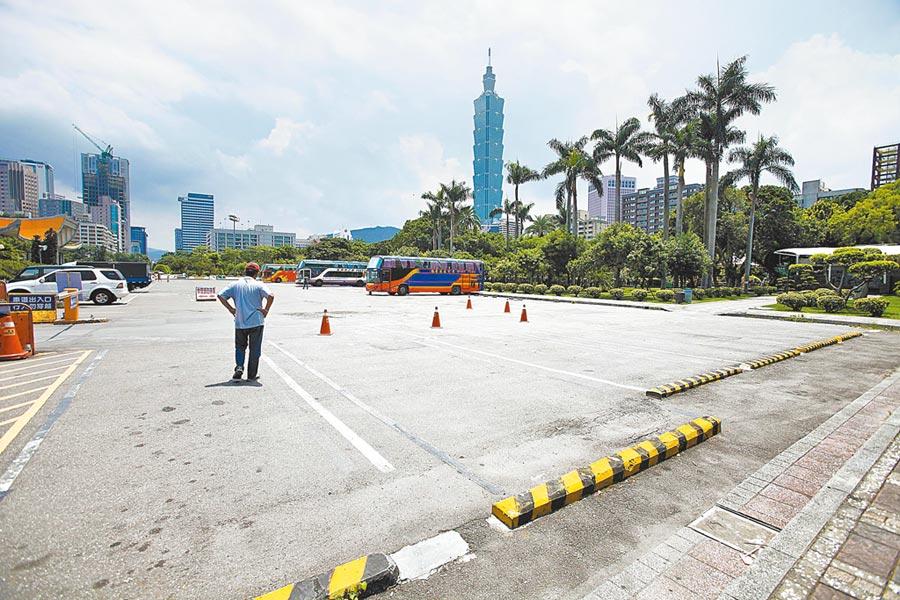 陸客必到的國父紀念館停車場空蕩蕩(見圖),大廳參觀人潮也明顯減少。(本報系資料照片)