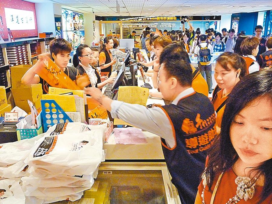 陸客購買力強,平均每人來台花費1545美元(約台幣48440元)。圖為陸客在店內買伴手禮。(本報系資料照片)