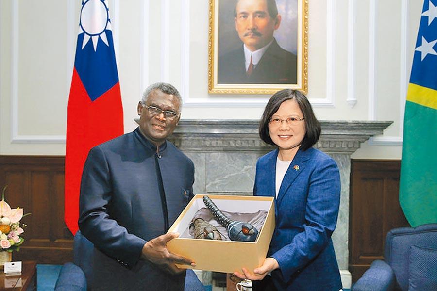 6月25日,索羅門群島總理蘇嘉瓦瑞來台訪問,致贈蔡英文總統禮物。(取自總統府官網)