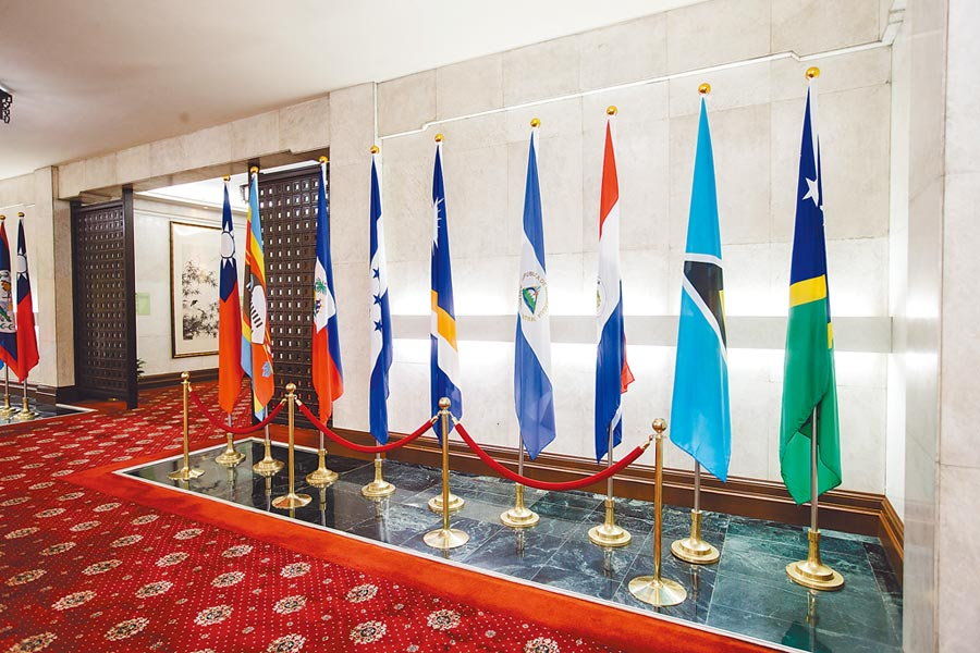 我17邦交國旗幟恐再少一面。圖為外交部邦交國旗幟,右一是索羅門群島國旗。(本報系資料照片)