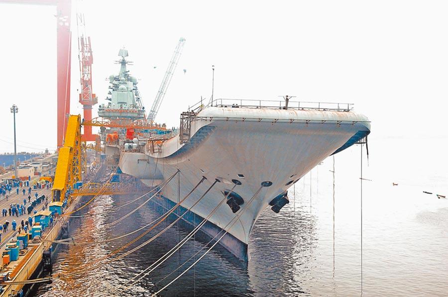 「瓦良格號」停靠大連港。(新華社資料照片)