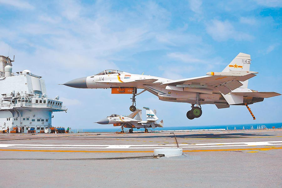 大陸殲-15艦載機在遼寧艦降落。(中新社資料照片)