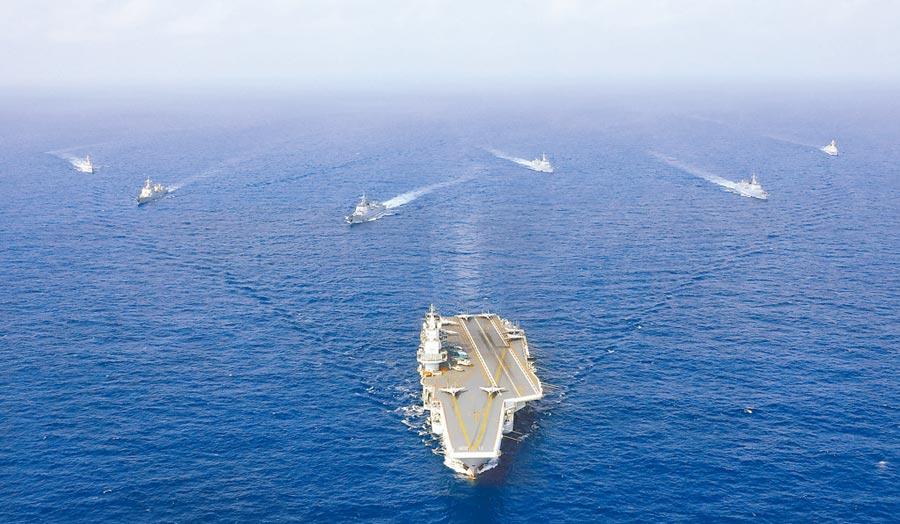 2018年4月執行遠海訓練任務的遼寧艦編隊。(中新社資料照片)