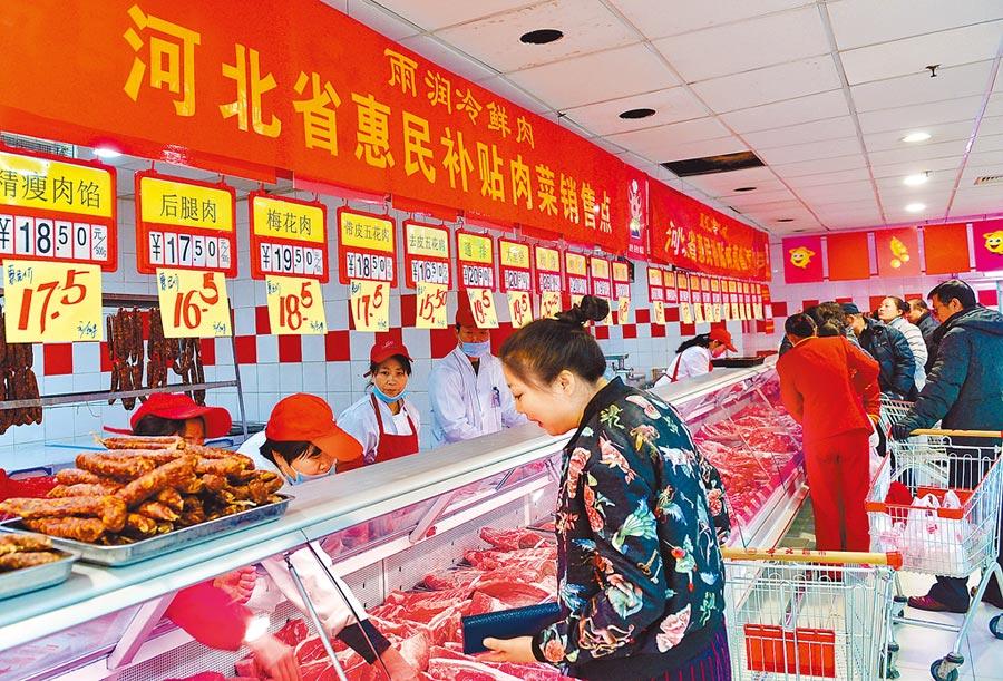 市民在河北滄州市華北超市購買豬肉。(新華社資料照片)