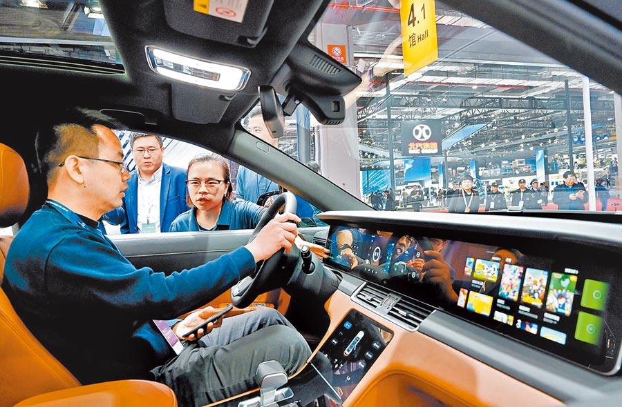 電子設備製造業是科創板主力之一。圖為參觀者在電動車駕駛艙體驗車載電子設備。(新華社資料照片)