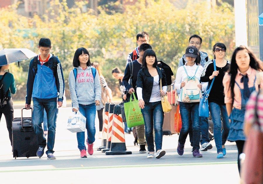 大學生的行囊裝什麼,反映了大陸時代變遷。圖為2014年10月7日,南京大學開學景象。(新華社)