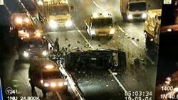 疑變換車道不慎 國道發生貨車遭賓士車撞翻