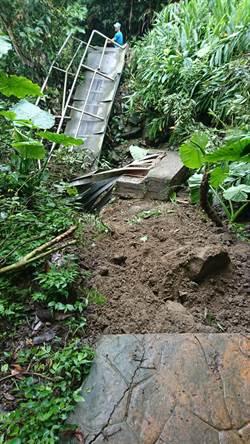 連日豪雨 嘉縣獨立山步道一側遭大石壓毀