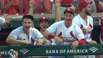 影》棒球版「迴旋蛇球」?界外滾進場隊友笑瘋
