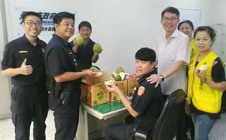 台中警四分局長吳耀南與林忠坤 送柚護佑員警