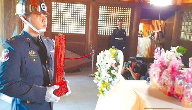 殉職飛官劉傳集英靈牌位3日由三軍儀隊迎入桃園忠烈祠。(賴佑維攝)