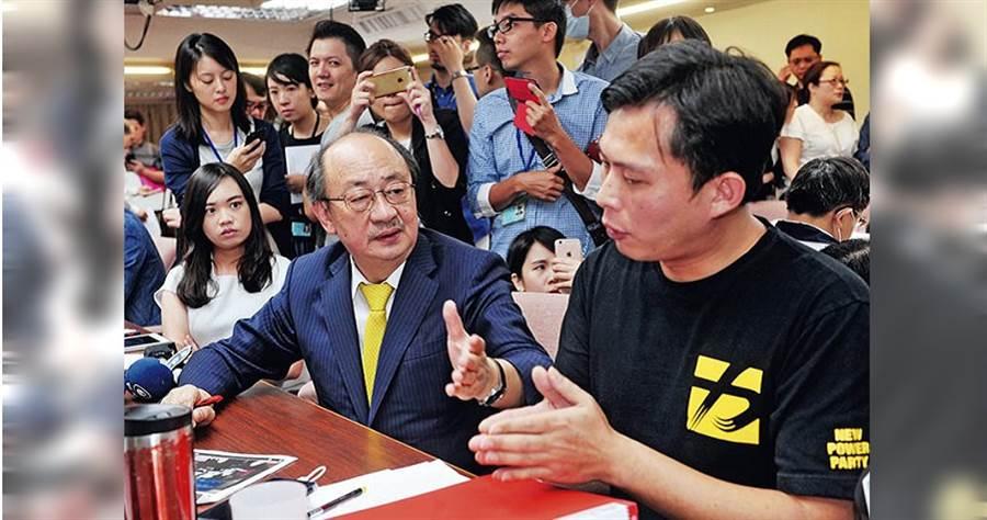 柯建銘與黃國昌在立法院結怨已久,除了2011年至今多次因為《法官法》修法相互攻詰,就連《勞基法》修正案也發生爭吵。