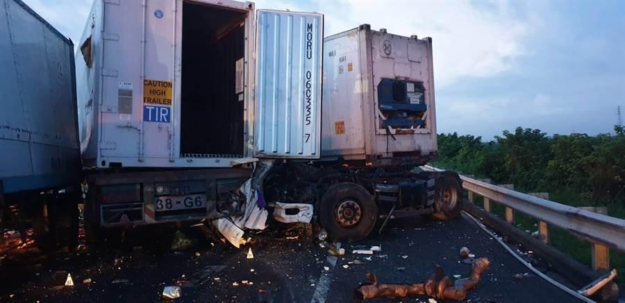 國道南下麻豆路段4日清晨4部車追撞,1死1輕傷。(翻攝相片/劉秀芬台南傳真)