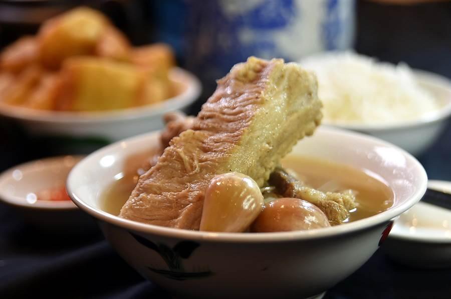 連續3年在〈新加坡米其林指南〉中得到「必比登推介」的〈松發肉骨茶〉來台展店,〈招牌龍骨湯〉肉骨肥瘦有致、口感柔嫩。(圖/姚舜)