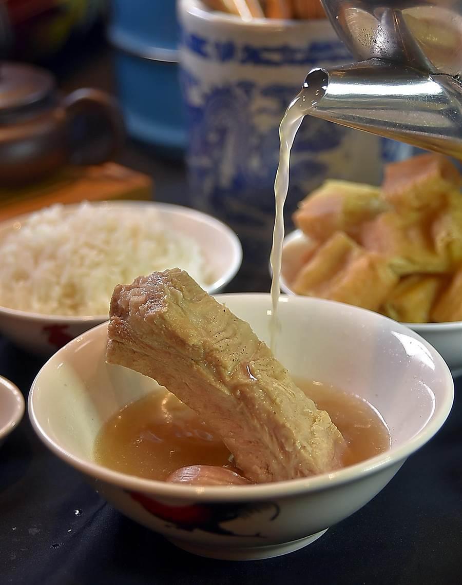〈松發肉骨茶〉的肉骨茶湯味道香 濃,喝不夠可以要求服務人員免費加湯。(圖/姚舜)