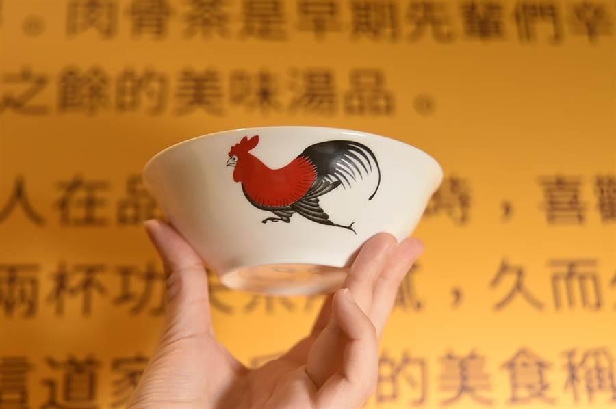 首店開在台北市SOGO復興館的〈松發肉骨茶〉,是用被「星爺」周星馳在電影中採用的「雞公碗」盛裝肉骨茶。(圖/姚舜)