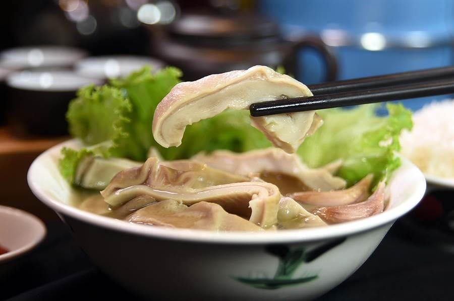 除了〈肉骨茶〉外,〈松發肉骨茶〉菜單上也可以點到用肉骨茶湯熬煮的〈豬肚湯〉。(圖/姚舜)