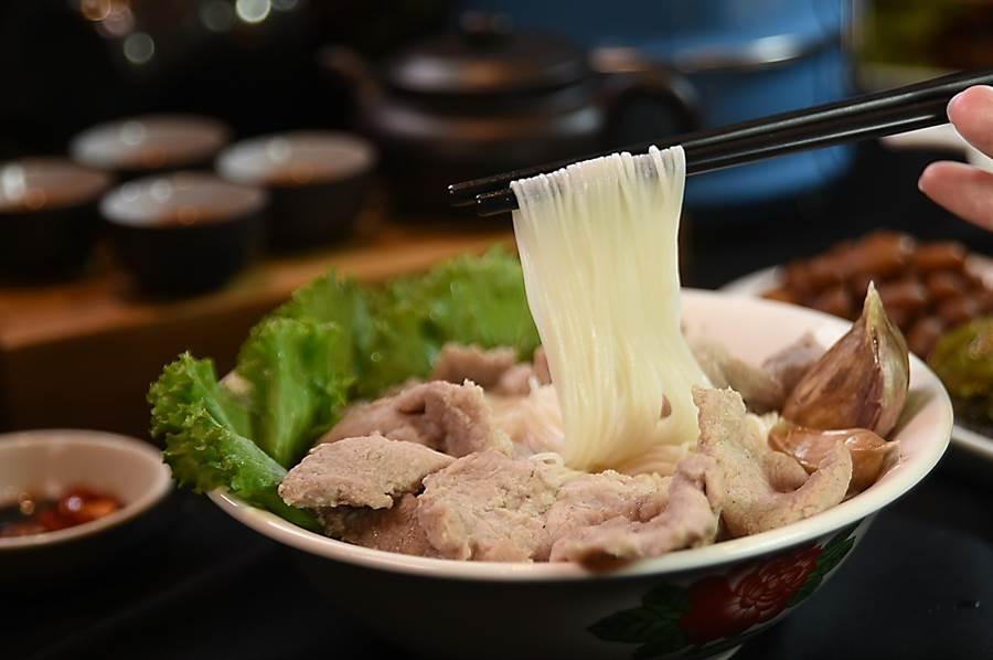 〈松發肉骨茶〉的〈豬里肌肉麵線湯〉,豬肉軟嫩滑口,特選的金門手工麵線久煮不易爛、口感爽口。(圖/姚舜)