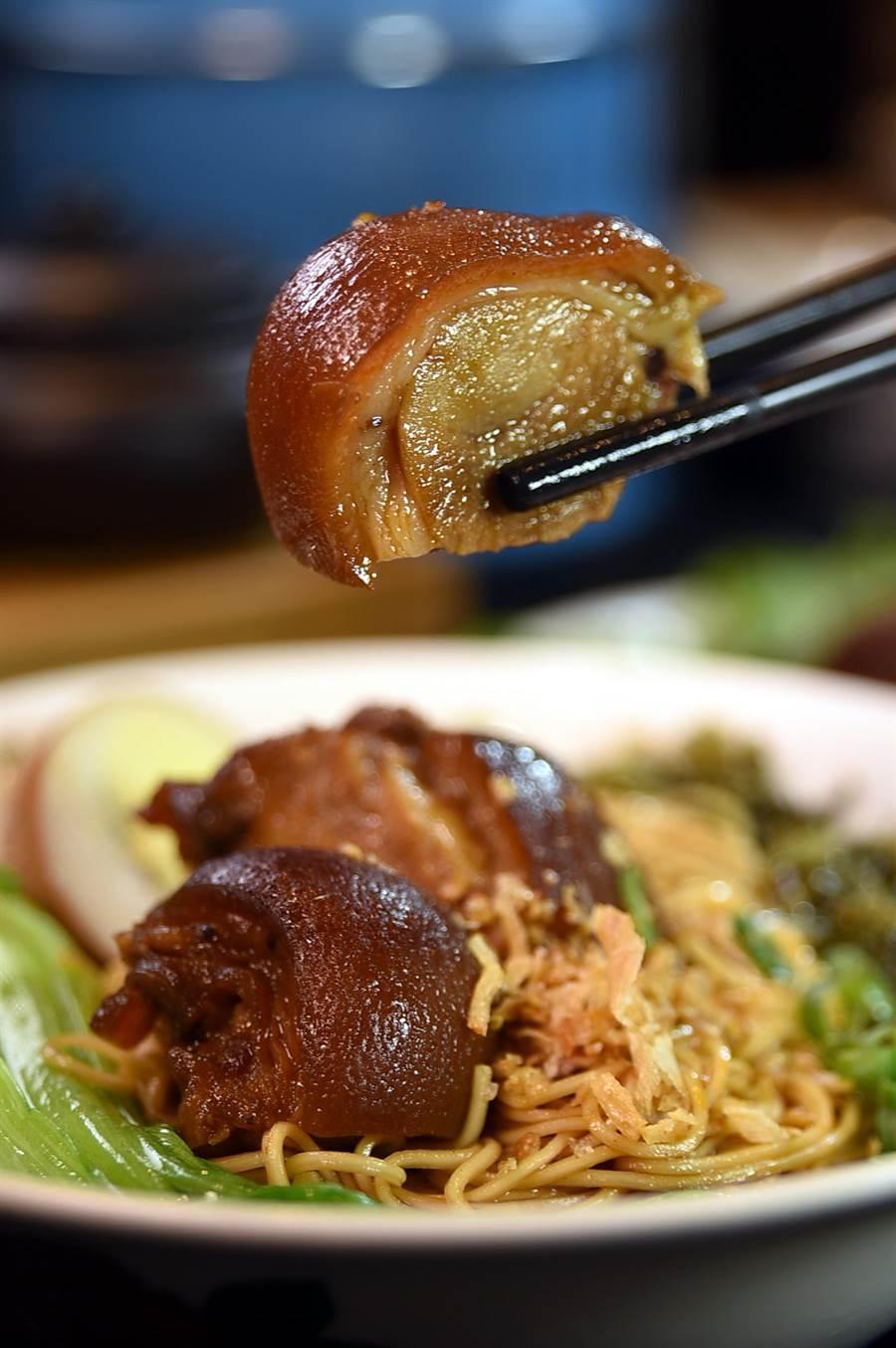 〈松發肉骨茶〉除了肉骨茶外,亦針對台灣市場推出〈麻辣豬腳麵線〉,每碗240元並附湯。(圖/姚舜)