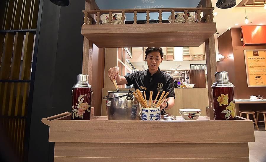 開在台北市SOGO復興館的〈松發肉骨茶〉,店門口擺放了一台傳統沿街叫賣的攤車。(圖/姚舜)