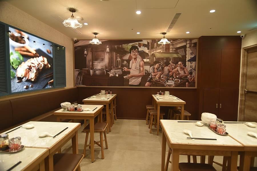 開在台北市SOGO復興館的〈松發肉骨茶〉,店內有一幅品牌創辦人早年設攤販售的圖畫,提醒團隊不要忘本。(圖/姚舜)