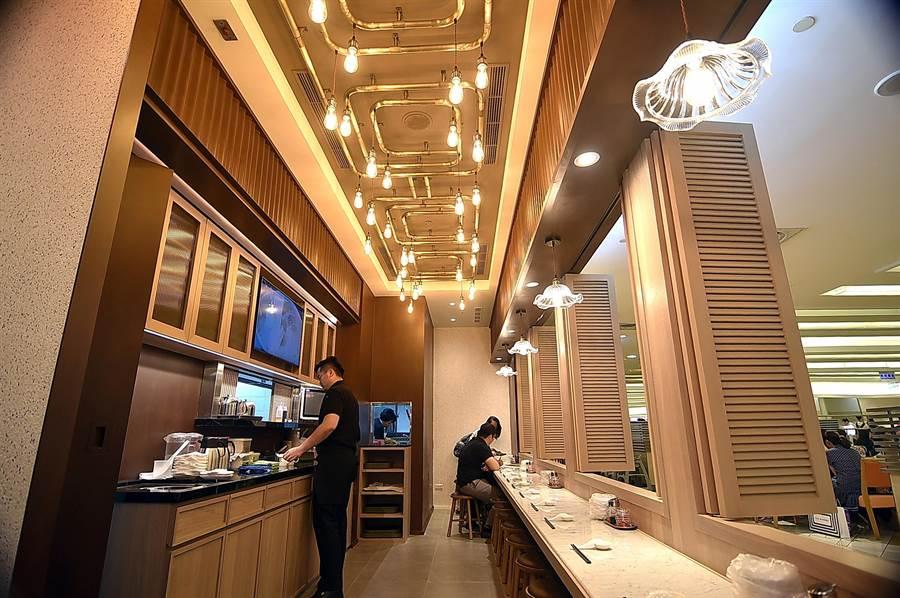 開在台北市SOGO復興館的〈松發肉骨茶〉,除了方桌外,亦有採南洋殖民風建築騎樓設計的長條吧台座椅供客人享用肉骨茶。(圖/姚舜)