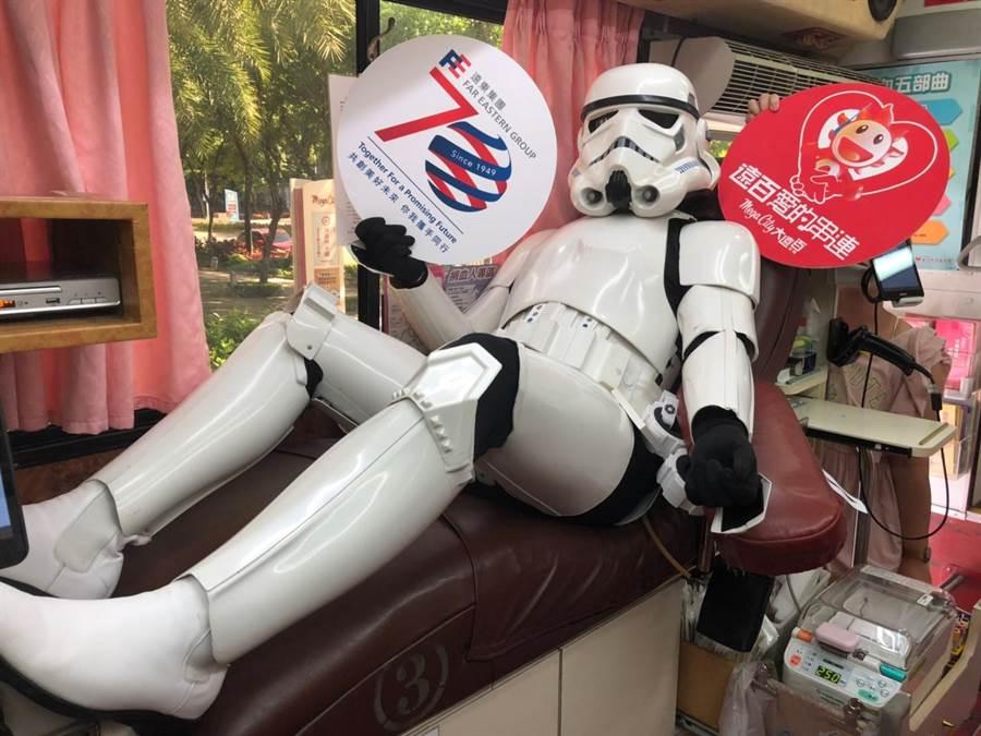 板橋大遠百號召員工捐熱血,星戰COSER齊響應,畫面趣味。(遠百提供)