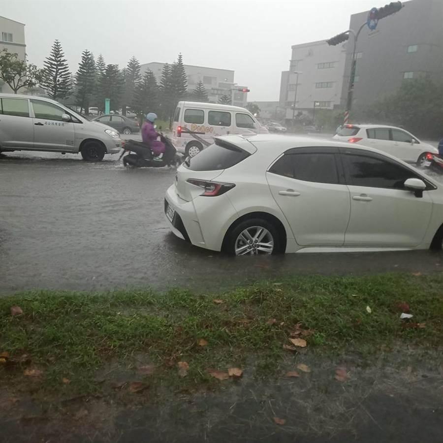 台南科工區附近淹水。(摘自臉書《我住台南安南區》)