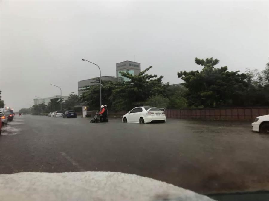 網友指出,在科工區第一次看到淹水。(圖摘自臉書《我住台南安南區》)
