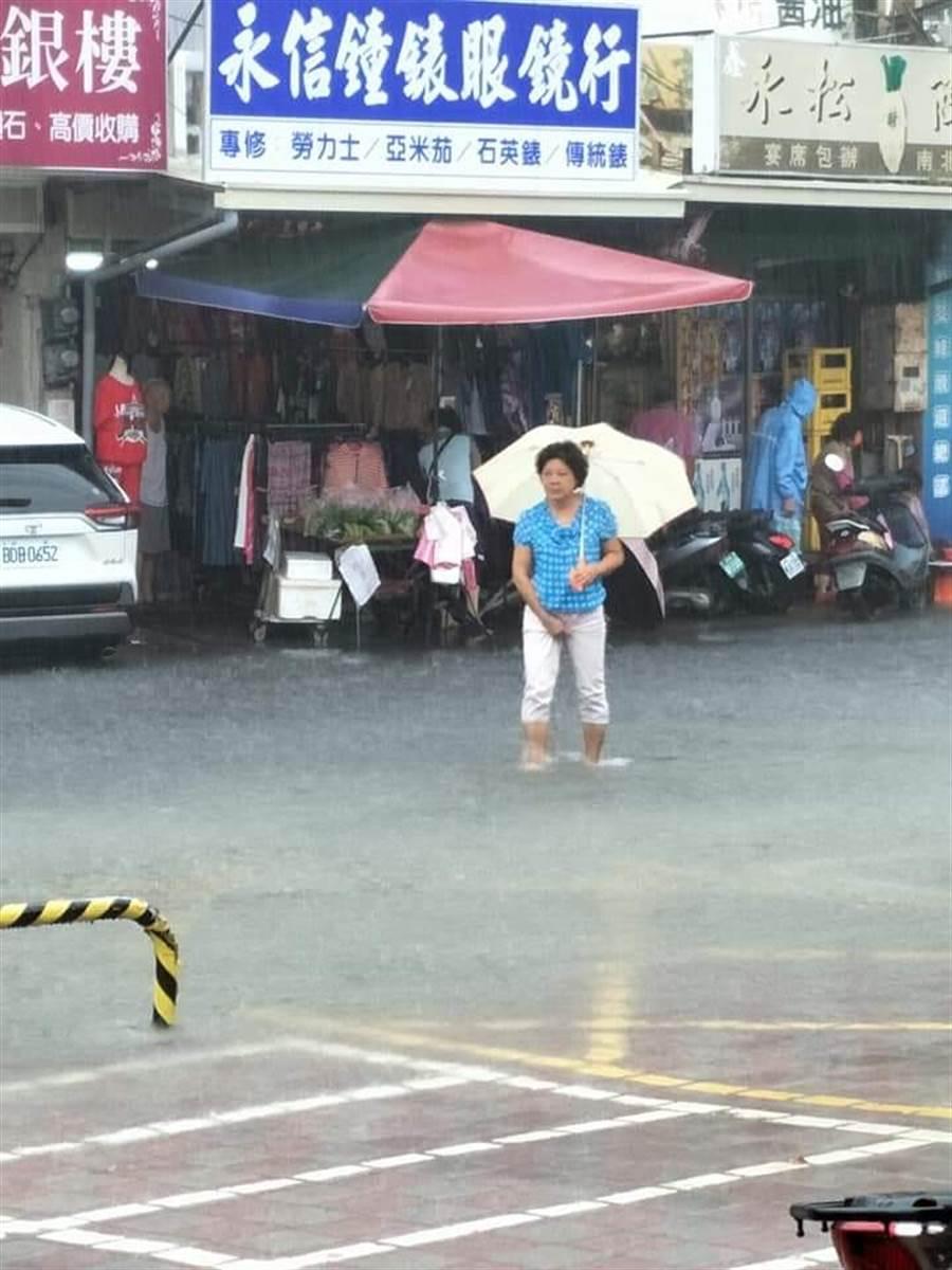 台南安南區水淹腳踝。(摘自臉書《我住台南安南區》)