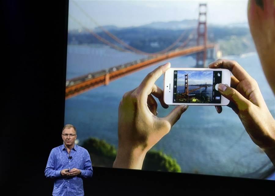 小螢幕手機回不去了?專家指蘋果考量經濟因素,未來不會再推口袋型小iPhone。(美聯社資料照)