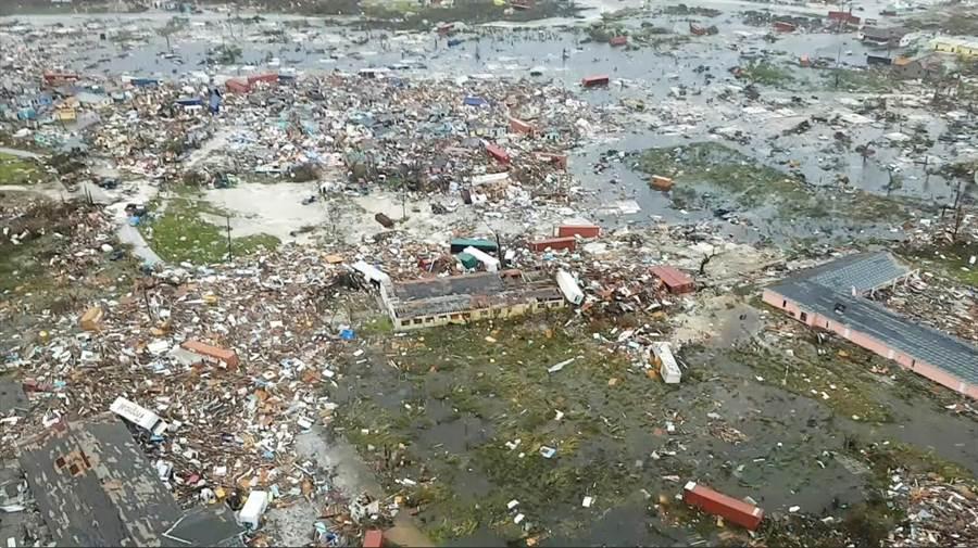 颶風多利安狂虐巴哈馬群島整整2天,圖為當中阿巴科群島3日遭肆虐後的空拍慘況。(圖/路透社)