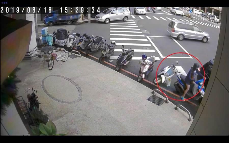 涉嫌肇逃的21歲李女到案時稱,自己當時欲從事故地點前要倒車,倒車過程中不慎撞倒1輛機車。(台中市警3分局提供/張妍溱台中傳真)