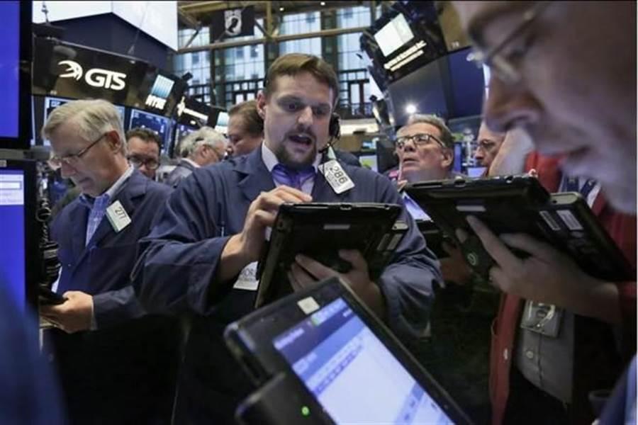美陸貿易戰持續引發市場憂心,美股收低近300點。(美聯社)